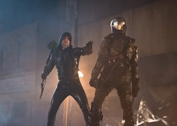 """DC's Legends of Tomorrow -- """"Star City 2046"""" -- Image LGN106b_0248b.jpg -- Pictured: Steven Amell as Oliver Queen/The Green Arrow -- Photo: Diyah Pera/The CW -- © 2016 The CW Network, LLC. All Rights Reserved."""
