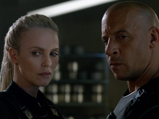 poltrona-the-fate-of-the-furious-charlize-theron-vin-diesel