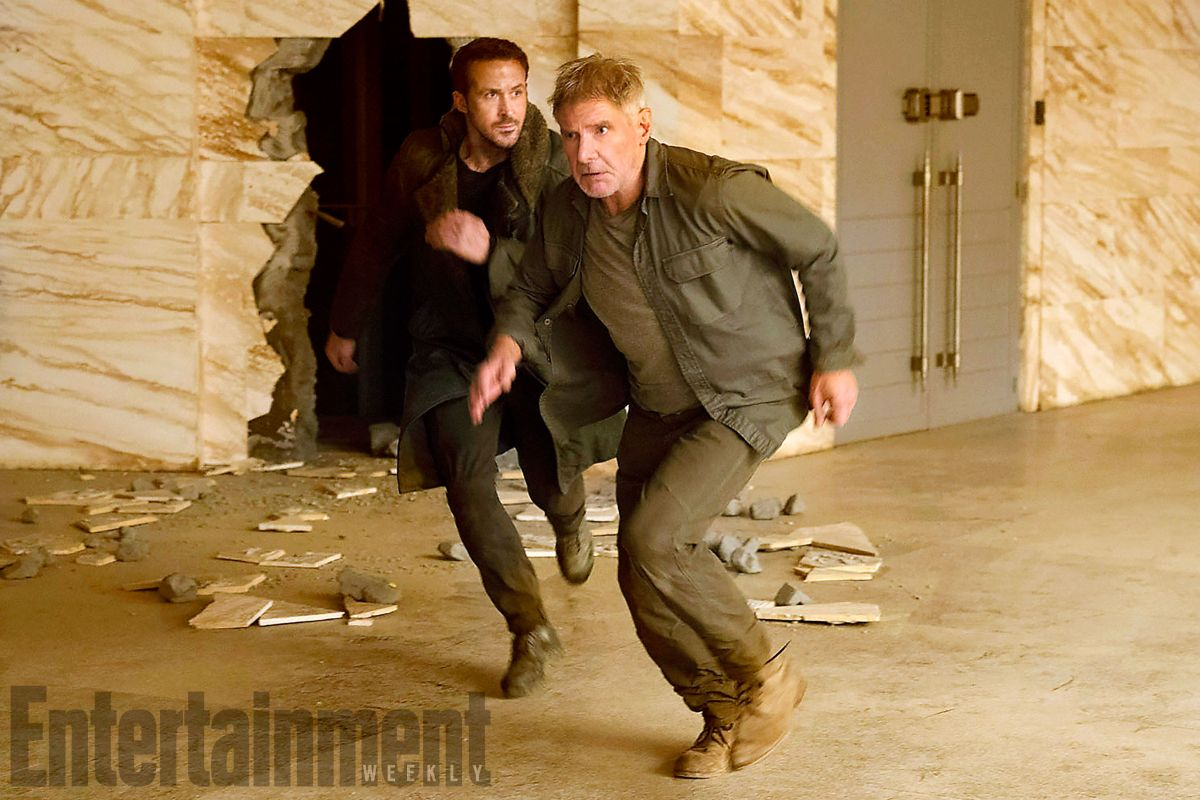 BLADE RUNNER 2049 (2017) (L-R) RYAN GOSLING as K and HARRISON FORD as Rick Deckard