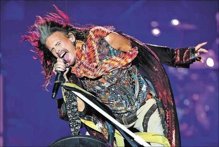 Caio Castro ganha guitarra autografada pelo vocalista do Aerosmith