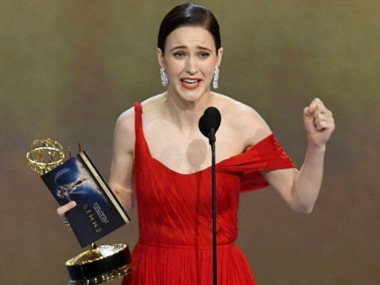 poltrona-Rachel-Brosnahan-accepts-the-Outstanding-Lead-Actress