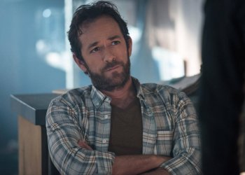 """Riverdale -- """"Chapter Four: The Last Picture Show"""" -- Image Number: RVD104b _0050.jpg -- Pictured: Luke Perry as Fred Andrews -- Photo: Diyah Pera/The CW -- © 2017 The CW Network. All Rights Reserved"""