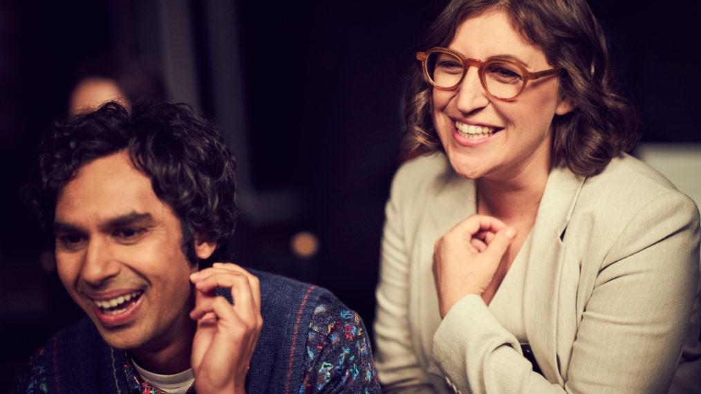 Risos antes das lágrimas durante a leitura das co-estrelas Kunal Nayyar (Raj) e Mayim Bialik (Amy).