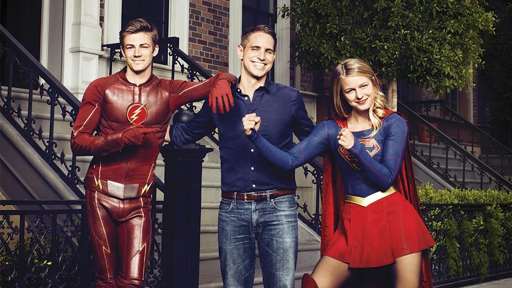Greg Berlanti com atores de The Flash e Supergirl