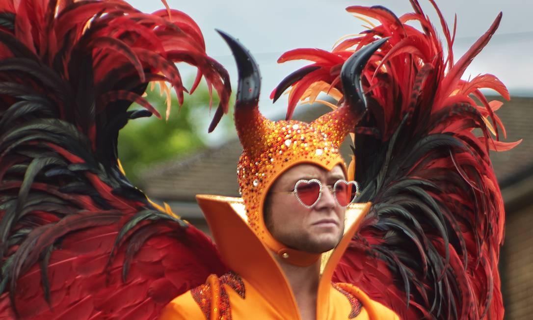 Taron Egerton em ROCKETMAN, cinebiografias de Elton John