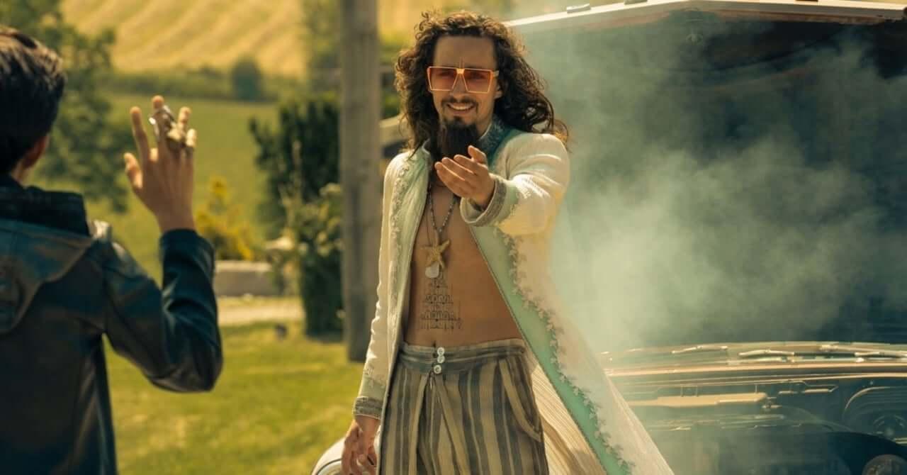 Robert Sheehan como Klaus em cena de The Umbrella Academy